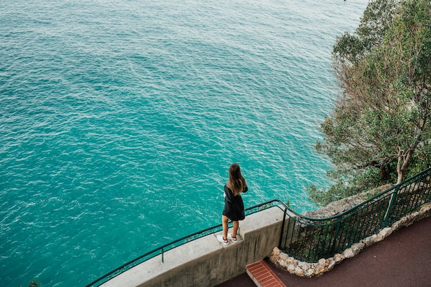 Счастливая девушка, наслаждаясь средиземным морем