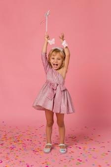 Ragazza felice in costume da fata con coriandoli