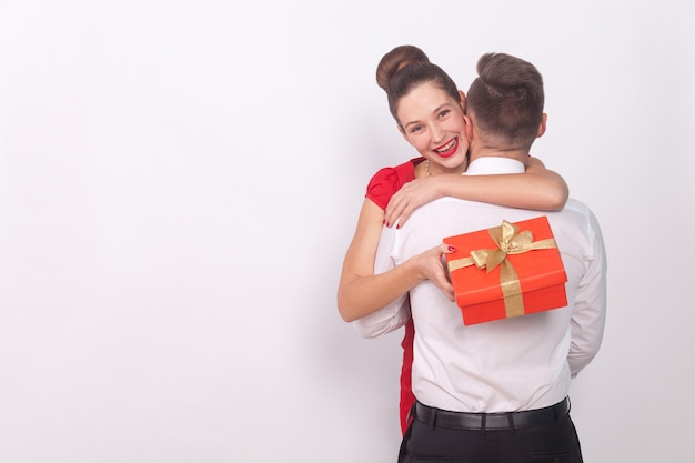 행복한 소녀는 선물을 받았습니다. 이빨 미소 포옹 그녀의 남자