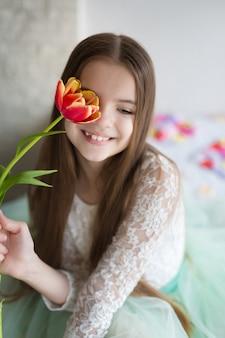 彼の手で大きな花束チューリップを持って幸せな女の子
