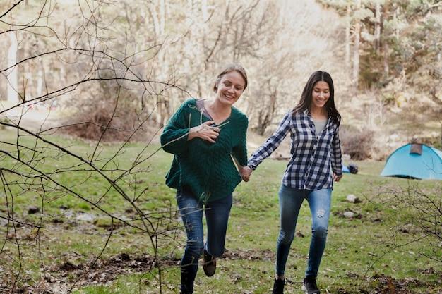 그녀의 친구의 손을 잡고 행복 한 여자