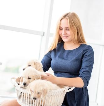 子犬を保持している幸せな女の子