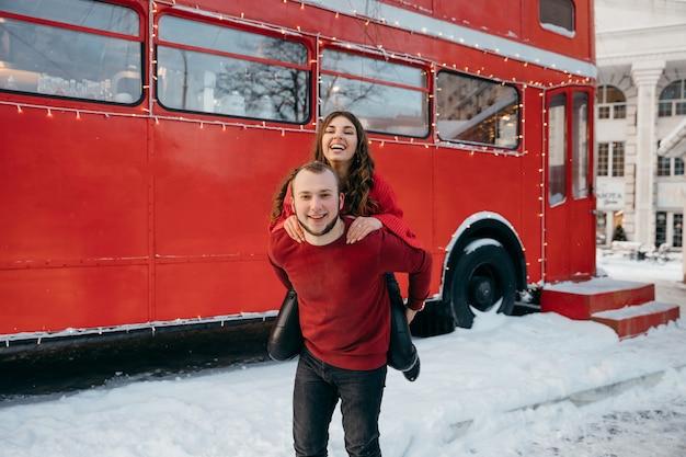 Счастливая девушка обнимает любимого парня и мило улыбается. фото высокого качества