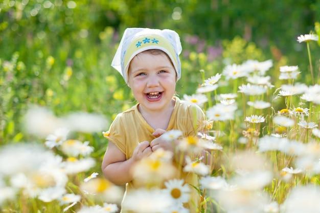 Счастливая девушка в ромашке луг