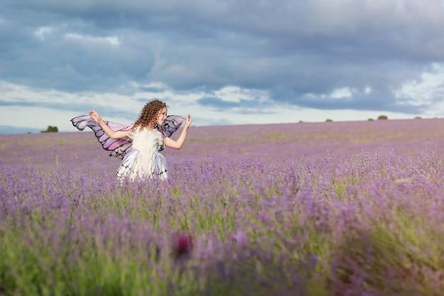 ラベンダー畑でハッピーガール。ラベンダー畑の小さな女の子。