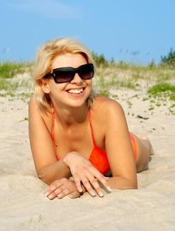 Счастливая девушка в оранжевом бикини