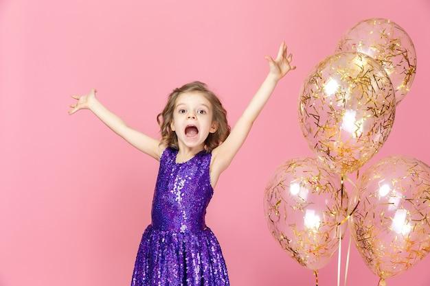 Счастливая девушка в розовом платье празднует