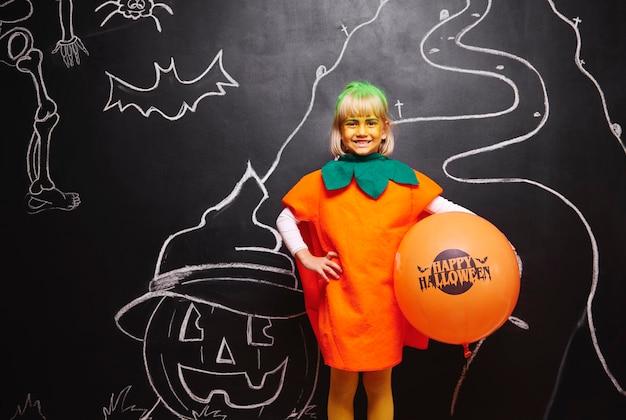 Счастливая девушка в костюме тыквы