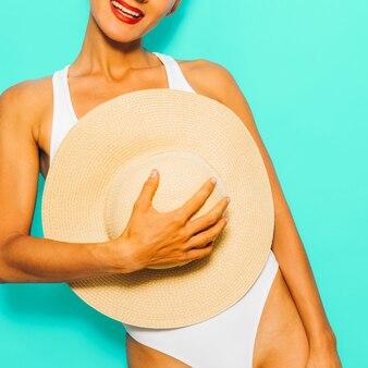 スタイリッシュなビーチアクセサリーの幸せな女の子。幸せな休暇の時間