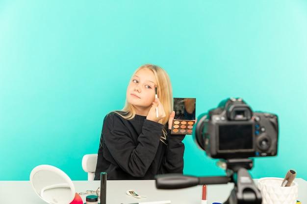 동영상 블로그에 대한 카메라 앞에서 말하는 스튜디오에서 행복 소녀