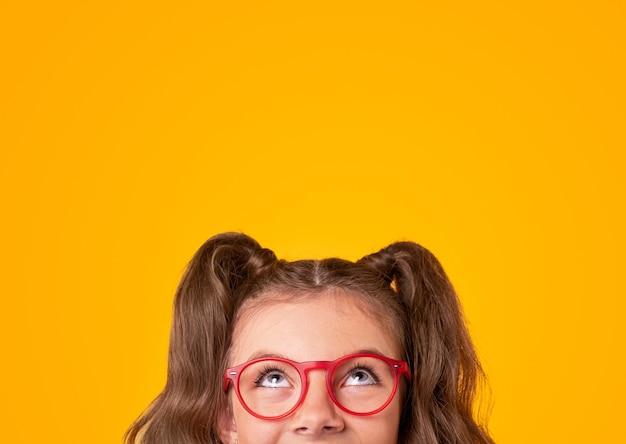 Счастливая девушка в модных очках, глядя вверх
