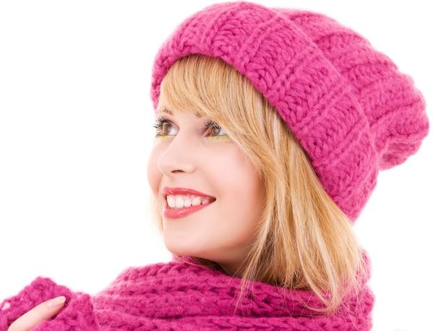 Счастливая девушка в зимней шапке над белой