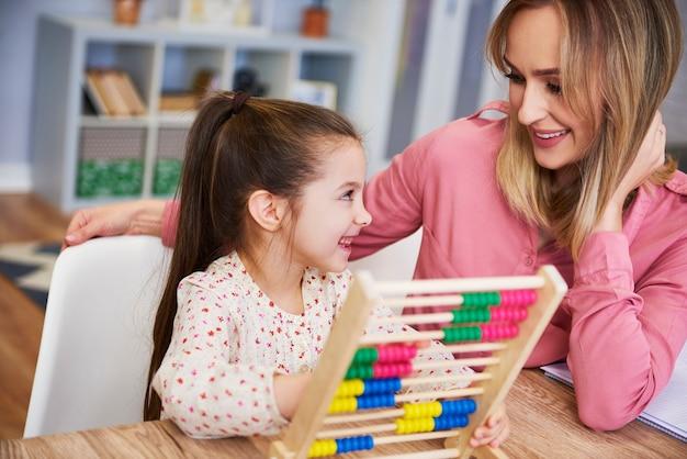 집에서 숫자 세기를 배우는 행복한 소녀