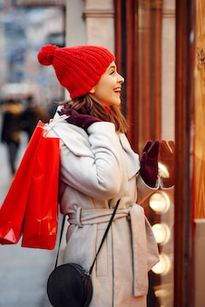 Ragazza felice guardando il display del grande negozio