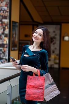幸せな女の子はモールで購入します。