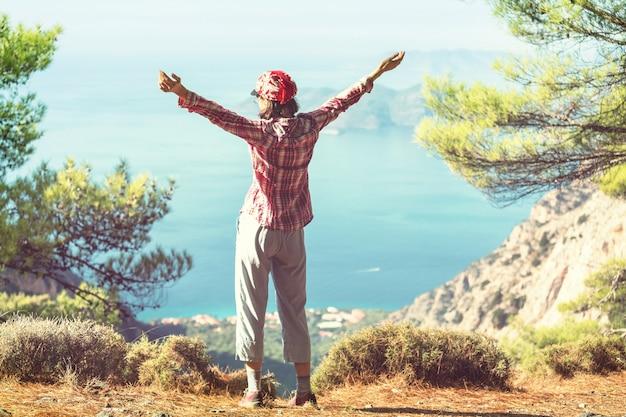 海岸の崖の上の幸せな女の子