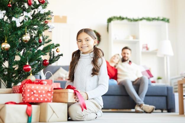 크리스마스 선물을 여는 행복 한 여자
