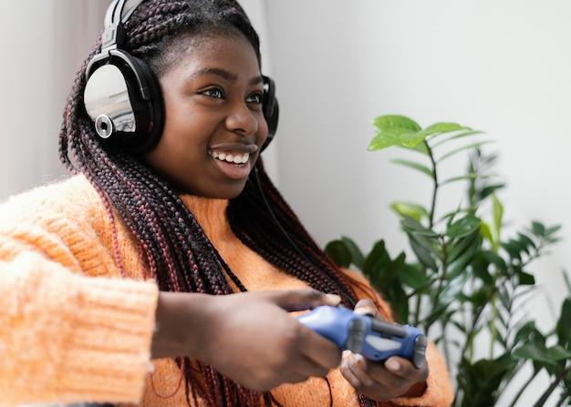 ビデオゲームのミディアムショットをしている幸せな女の子
