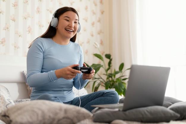 ビデオゲームをしている幸せな女の子