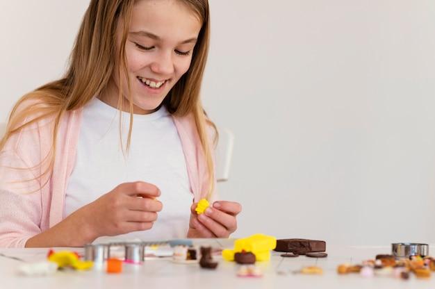 粘土のクローズアップで遊ぶ幸せな女の子