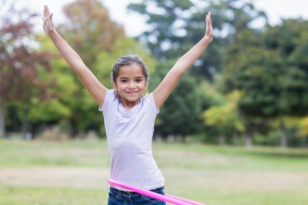 Счастливая девушка играет с хула обручи