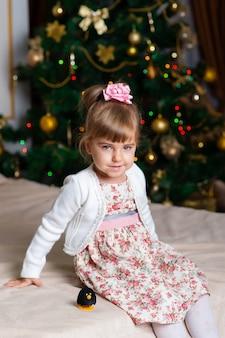 Счастливый портрет девушки на новый год.