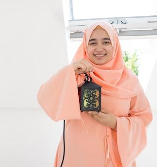 Счастливая девушка готова к рамадану
