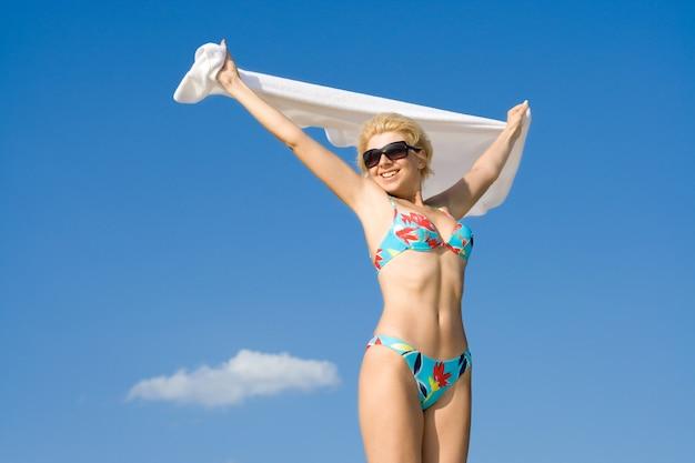 ビーチでリラックスして幸せな女の子