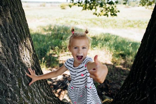 夏の公園でthubを現して幸せな女の子