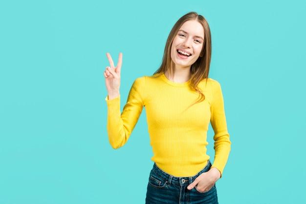 Счастливая девушка улыбается