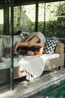 Счастливая девушка проводит время дома в уютном интерьере.