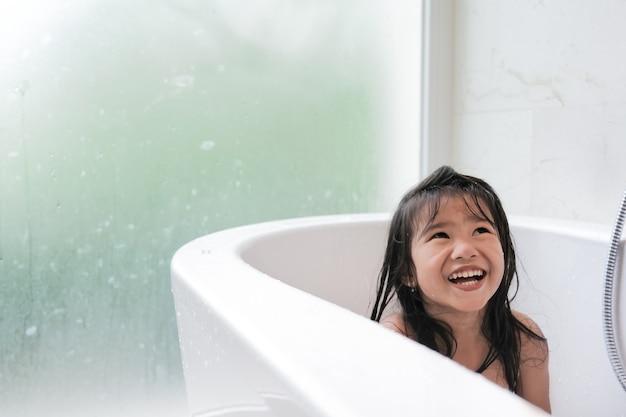 Счастливая девушка вместе принимает ванну на ванне