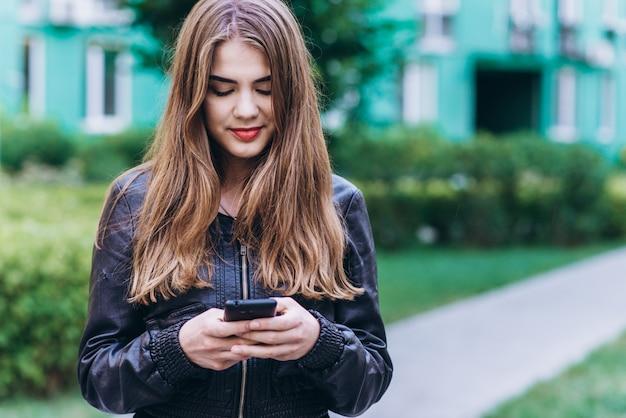 スマートフォンで幸せな女の子のメッセージ