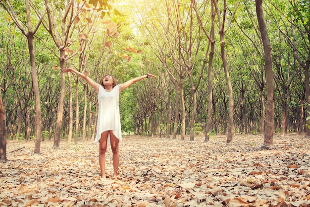 마른 나뭇잎을 던지고 행복 한 여자