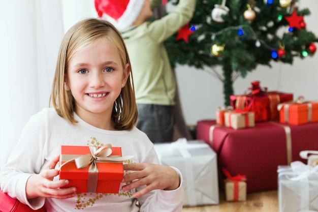 Счастливая девушка с красным дар