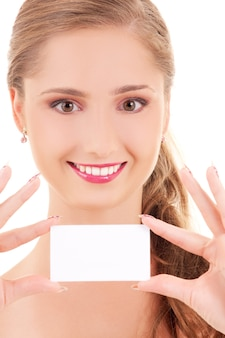 흰 벽에 명함으로 행복 한 여자