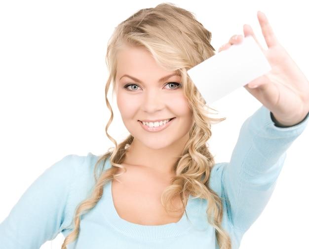 흰색 위에 비즈니스 카드와 함께 행복 한 여자