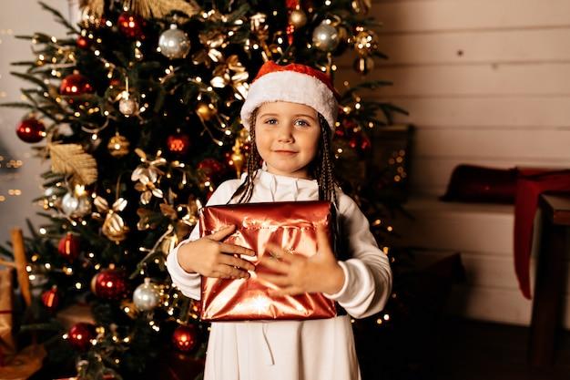 Ragazza felice con regalo di natale