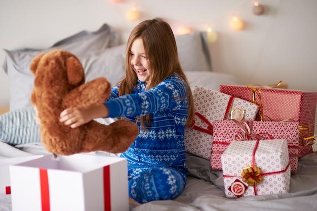 クリスマスプレゼントと幸せな女の子