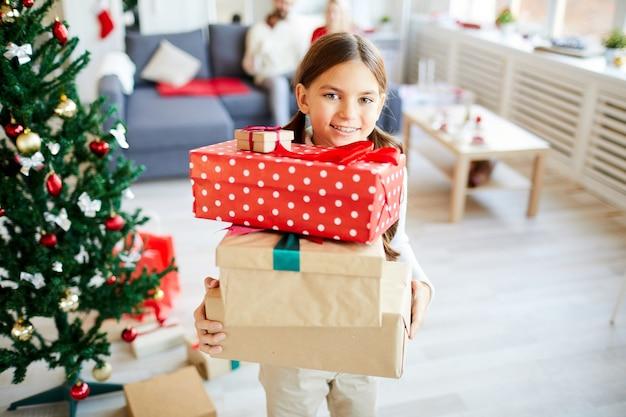 Ragazza felice con i regali di natale