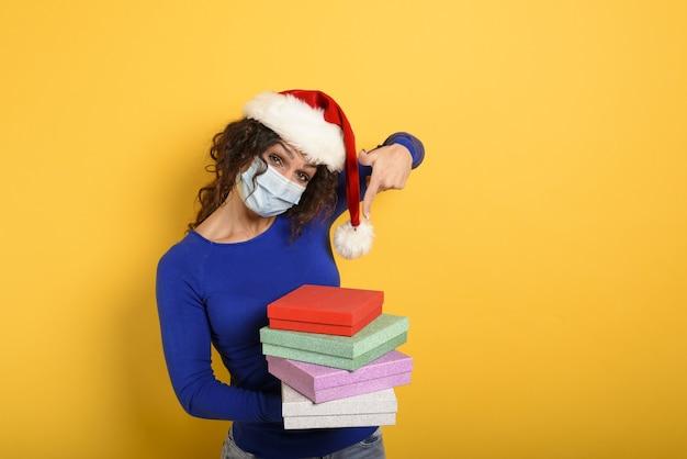 Счастливая девушка с маской для лица получает рождественские подарки.