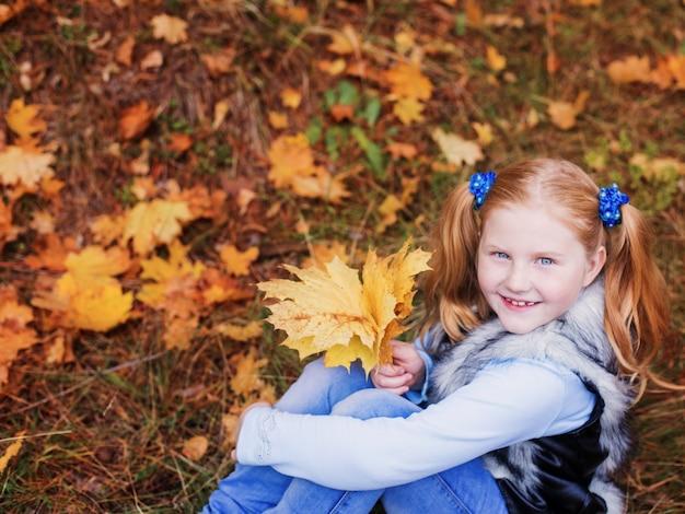 落ち葉と幸せな女の子