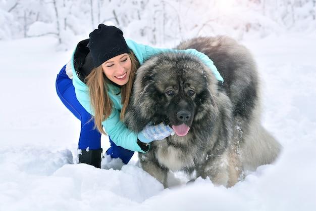 그녀의 큰 개 애완 동물과 함께 행복 한 여자