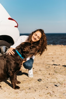 해변에서 그녀의 강아지와 함께 행복 한 여자