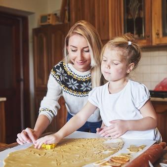 彼女のお母さんの生地で幸せな女の子