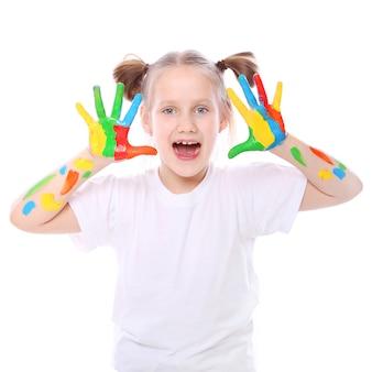 Ragazza felice con vernice sulle sue mani