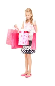 白の上の買い物袋と幸せな女の子