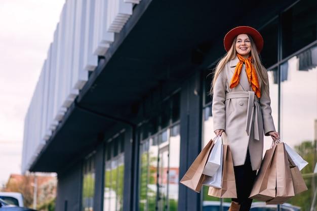 Счастливая девушка с хозяйственными сумками