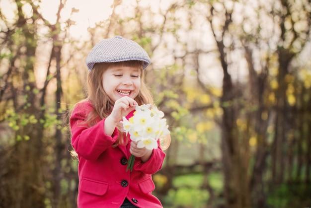 봄 꽃과 함께 행복 한 여자