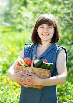 Счастливая девушка с овощами